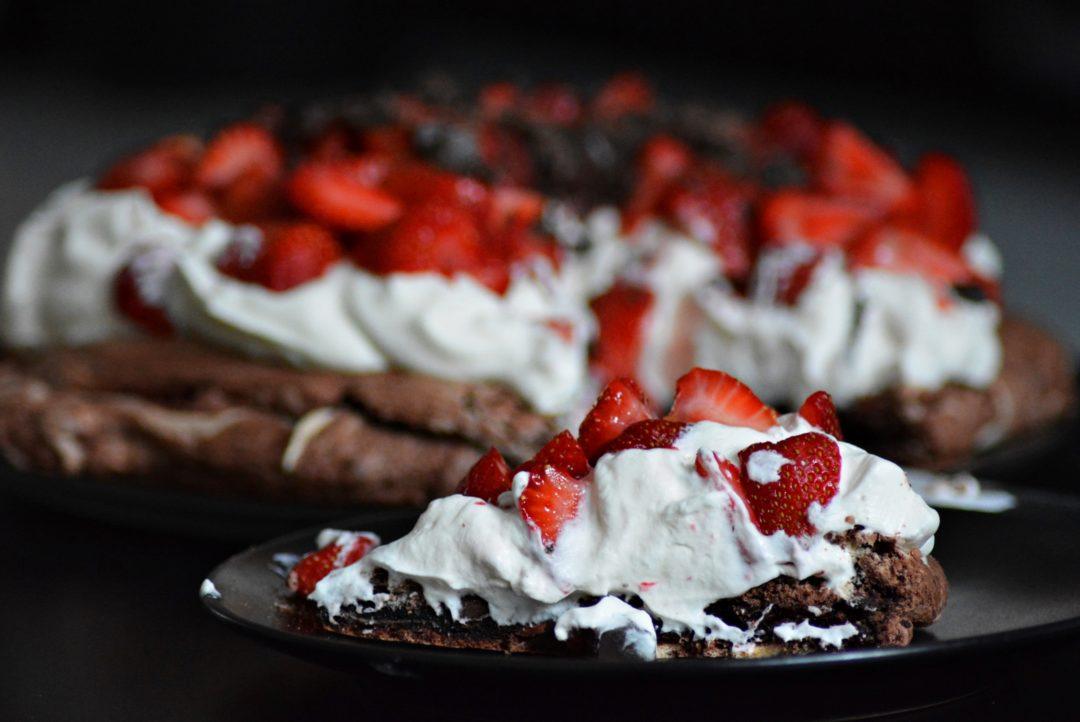 czekoladowa beza Pavlova z truskawkami